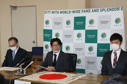 説明を行う 清水准教授(写真中央)ら総合博物館の職員
