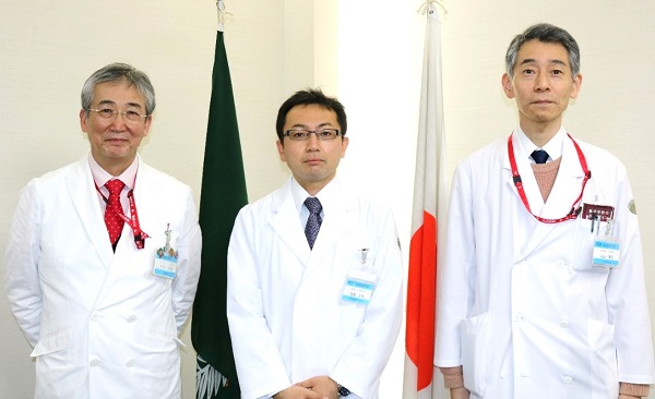 左から木内病院長、中森医師、丸山診療科長