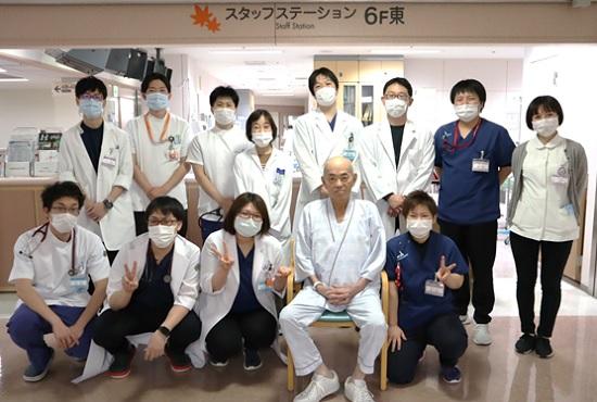 循環器病棟で元気になられた患者さんを囲む治療に関わったスタッフ一部
