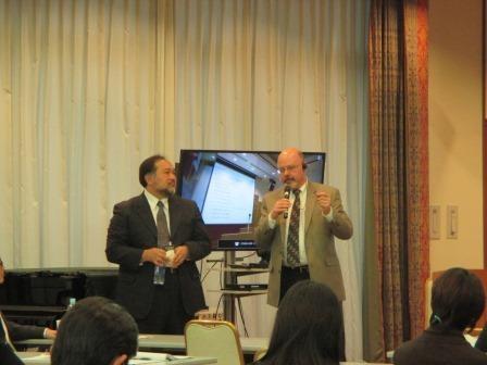 写真:質問に答えるDr. Huesmanと齊藤准教授