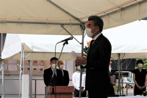 El Presidente Ochi ofreciendo sus condolencias a las almas de las 2,041 víctimas