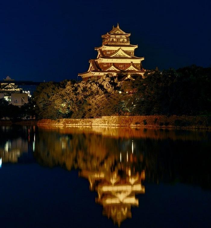 ゴールドにライトアップされた広島城
