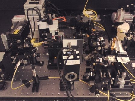 写真 鈴木さんが留学先で構築した実験装置