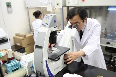 実験室で研究を行う松浦教授