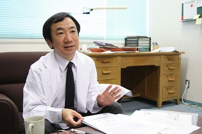 「患者さんの役に立つ研究を」と信条を語る松浦教授