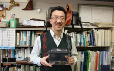 「『サドガエル』の謎を解明していきたい」と語る三浦准教授