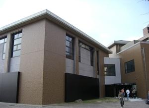 総合博物館外観。黒色の鋼板に覆われている正方形の建物です。
