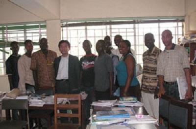 シエラレオネ大学の学生たちとともに(2008.1.15広島大学とシエラレオネ大学の間で国際交流協定を締結)