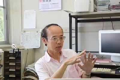 加藤教授のインタビューの様子