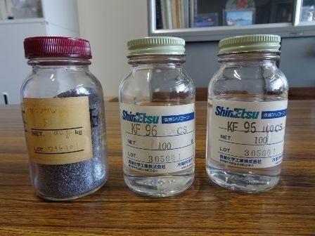写真: これらのビンの中身はすべて同じ元素、ケイ素を含む物質。