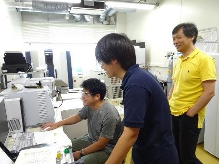 写真: 大下さんと研究室の学生