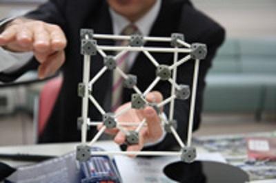 結晶構造模型。この規則正しい構造が縦・横・上・下に続く