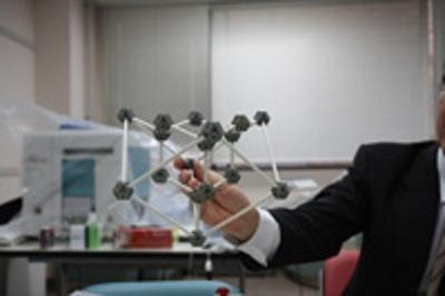 切断した結晶の模型。「対称性の破れ」を示す