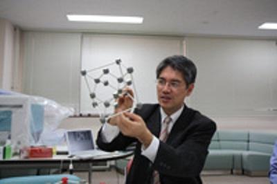 切断面の表面を120度回転させて、3回対称性を説明する木村准教授。