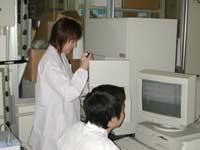 ニワトリの遺伝子を自動遺伝子配列解読装置で解析している様子