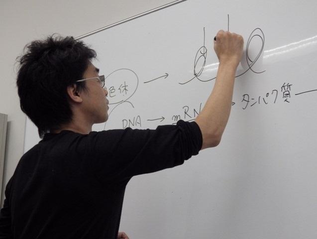 写真:研究の説明をする河内さん