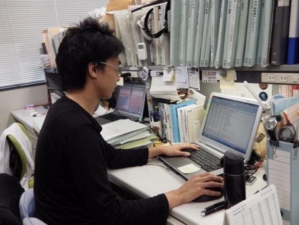 写真:パソコンを操作する河内さん