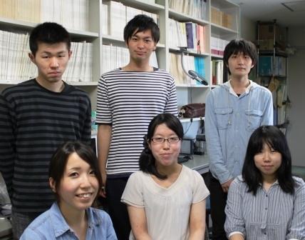写真:上村さんと研究室のみなさん
