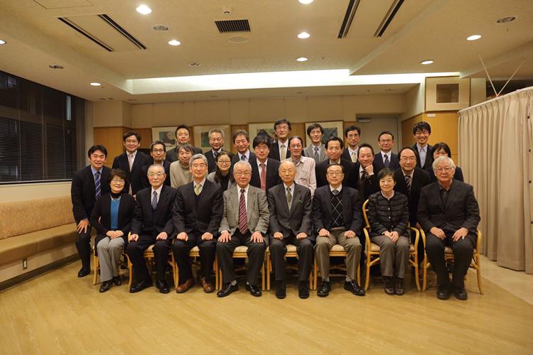 写真3 大村 智先生を囲んで