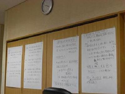 話し合いのプロセスがいつでも確認できるように、記録を壁に貼っています。