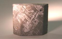 図1:隕鉄のウィドマンステッテン構造に見られる微細な金属組織