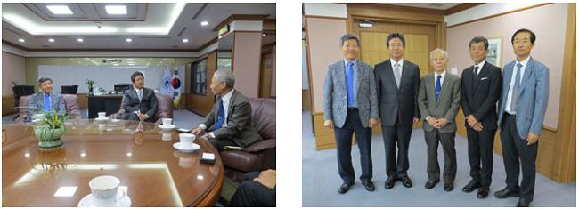 左:Young Seup KIM大学校長(中央)と植松研究科長(右) 右:表敬訪問後の記念撮影