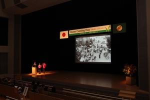 OBの中国放送桜井アナウンサー、ホームカミングデー学生スタッフとともに、写真で広大の歴史をふり返りました。