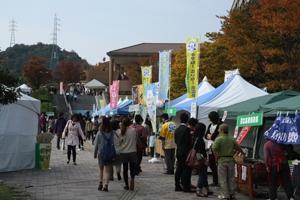 サタケメモリアルホール周辺では連携する自治体などによる物産展や、学生によるサークル体験コーナーも。