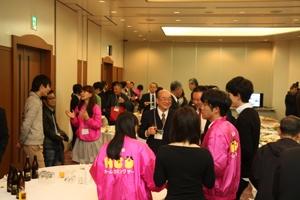 懇親会では卒業生と在学生が楽しく交流していました。