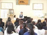 絵本の内容を歌で表現する『絵本オペラ』を 披露してくださった畑儀文先生。