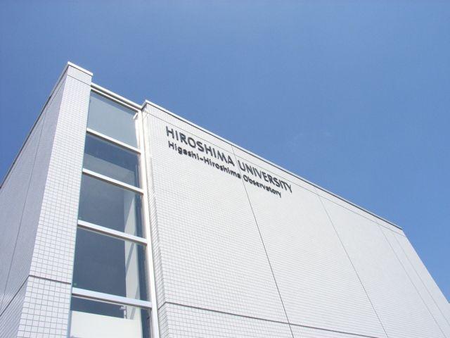 制御棟南面に取り付けられた施設英語名