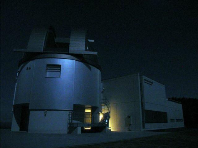 月に照らされたドーム施設