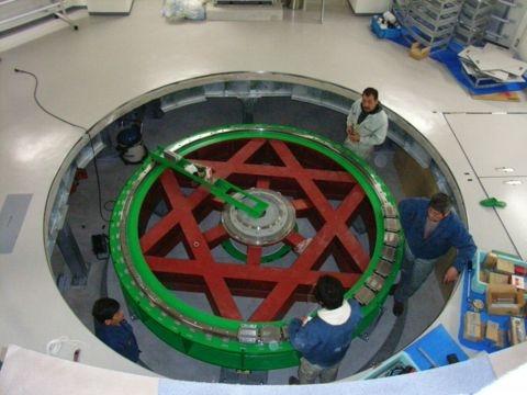 Rガイドレールの水平度や真円度を測定中