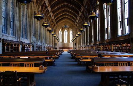 写真:奥行きのある図書館