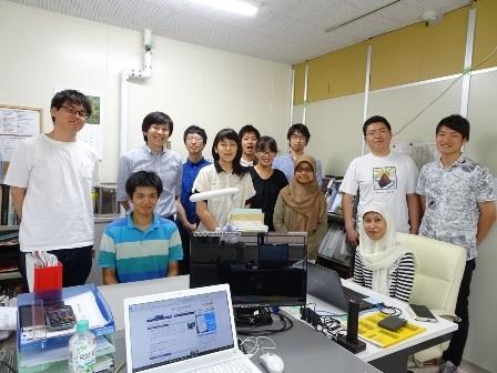 研究室の学生と一緒に