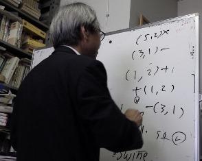 写真:ホワイトボードで説明する吉田先生