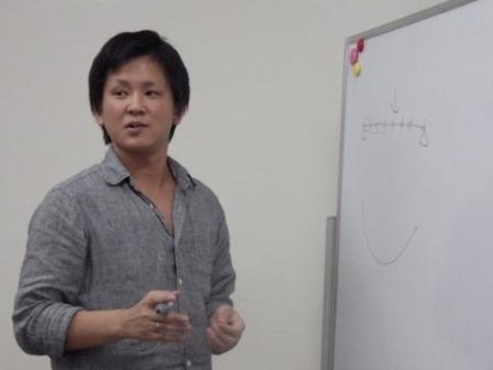 写真:研究内容を説明する貞本さん