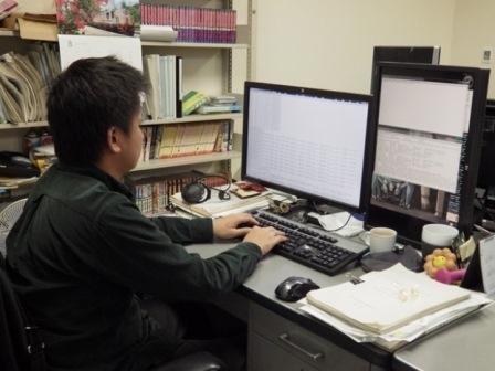 写真:パソコンを操作する貞本さん