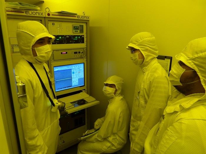 添付写真1:クリーンルームでトランジスタ製作に励むバンドン工科大学生