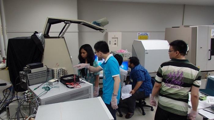 添付写真2:自分たちが作製したナノデバイスを測定するバンドン工科大学生