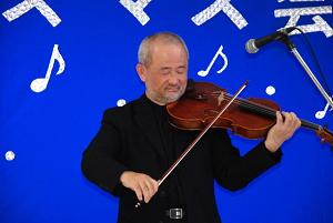 軽妙なトークとビオラ演奏の沖田さん