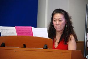 ピアノ演奏で魅了する研井さん