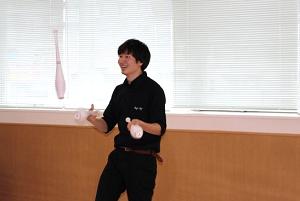 クラブジャグリングを披露する池田団長