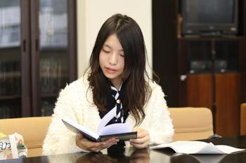 卒論の土台となった先行研究のページをめくる水津さん。「全部英語で書かれているので、読むだけで大変でした」