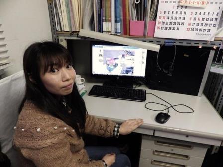 写真:パソコンでデータを処理する万代小百合さん