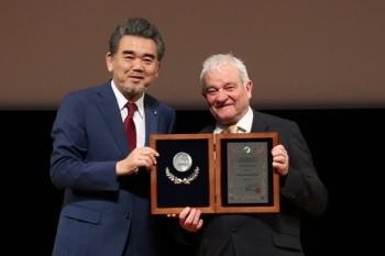 特別栄誉教授の称号楯を受け取るナース博士(右)