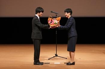 広島大学大学院生が記念の花束を贈呈