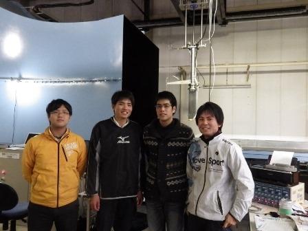写真:風洞実験施設にて研究室の仲間と