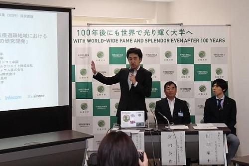 (左から)貞森客員准教授、宮内氏(インフォコム)、住吉氏(NTTドコモ)