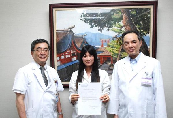 平川病院長、董さん、松尾薬剤部長(左から)